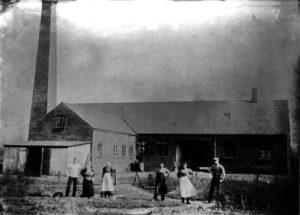 En af de ældste billeder af Hammerum andelsmejeri, set fra bagsiden, personerne er ukendte.
