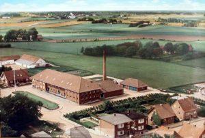 Hammerum andelsmejeri efter flytningen i 1953. Gjellerup kirke kan anes i baggrunden