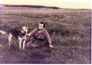 """""""Bette Sine"""" fotograferet med Hund"""