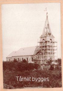 Som materialet til den nye kirke blev anvendt, hvad der kunne flyttes over fra den gamle. Det gjalt først og fremmes de sten, der dannede ydermuren. Billedet er lidt speciel, for ud over, det viser tårnkonstruktionen, kan man ved forstørrelse af billedet eller med lup se de folk der byggede tårnet.