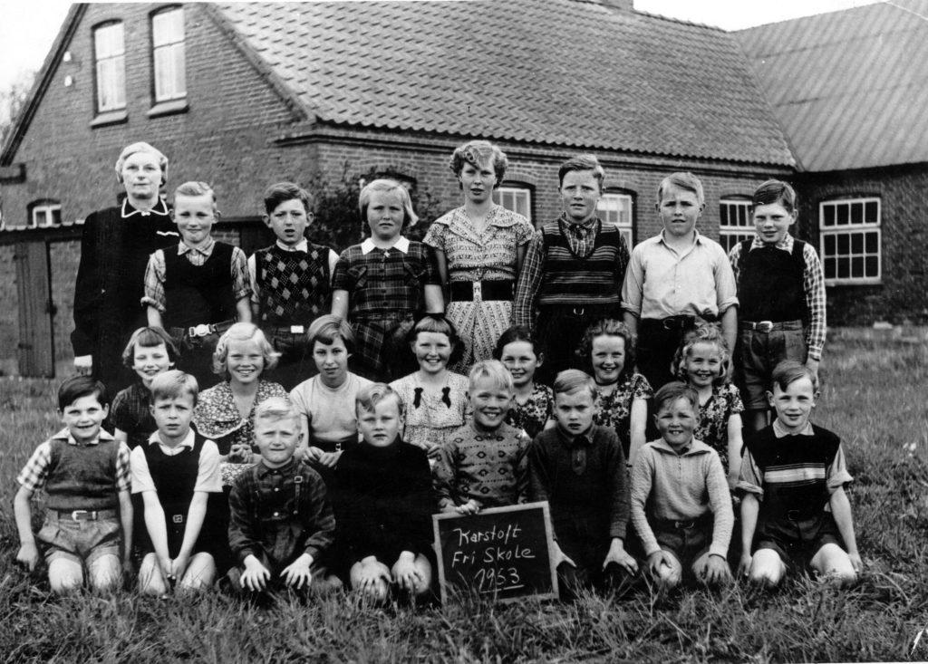 Lærerinde frk. Jensen og elever foran Friskolen/Forsamlingshuset
