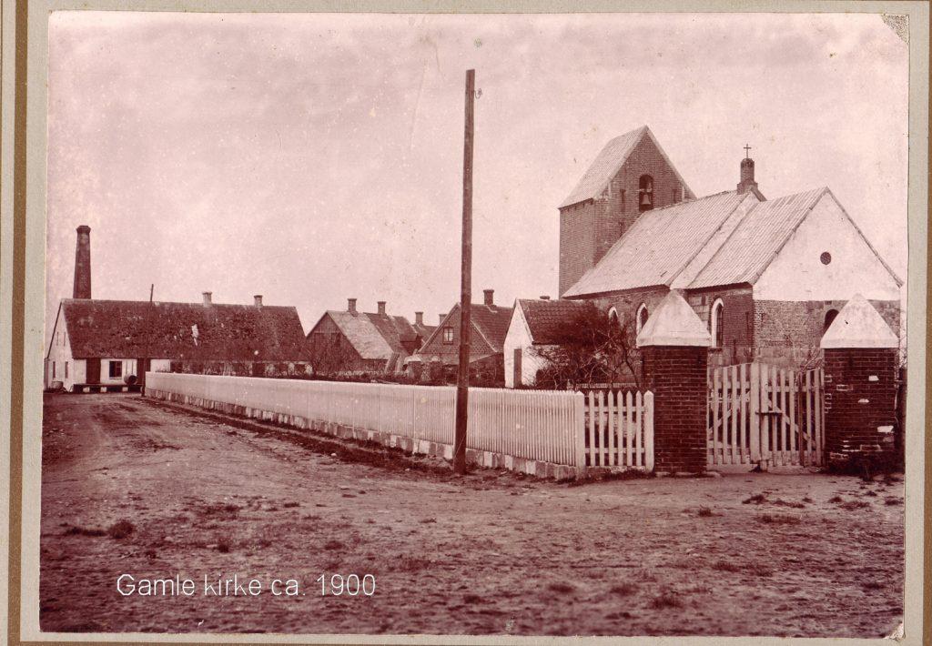 Den gamle kirke havde en levetid fra omkring år 1200 til 1905. Kirken er fotograferet i 1900, Fotogtafen står på hjørnet af kirkegade og bredgade med udsigt til mejeriet bygget i 1899.