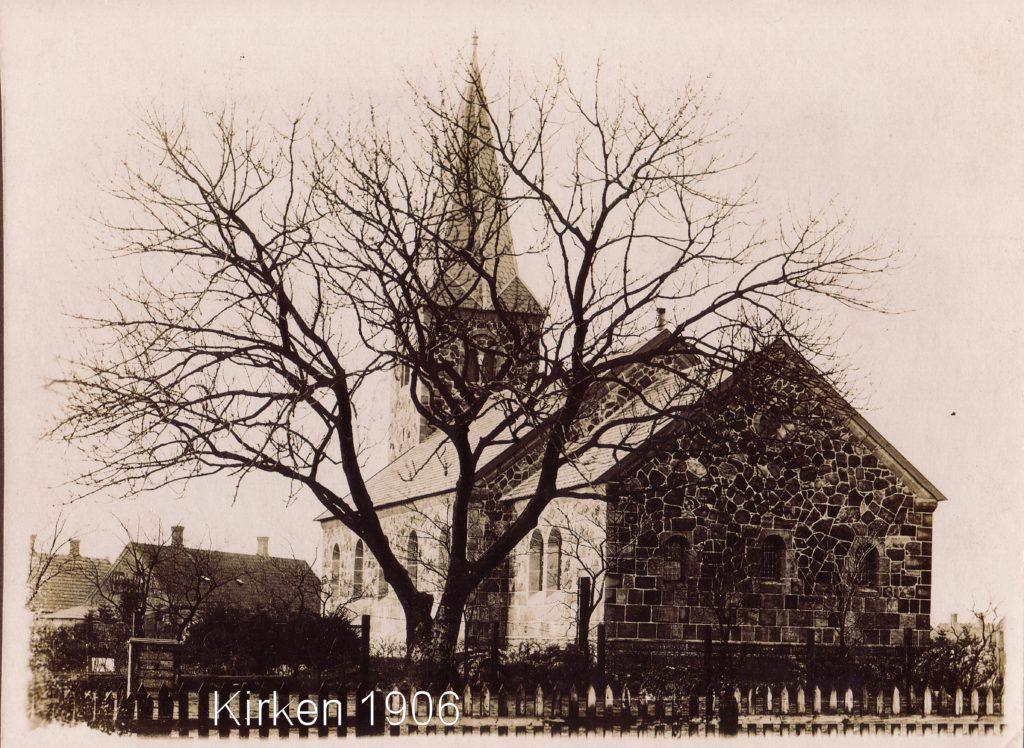 Det gamle træ slider sig gennem efterårsstormen undertiden i læ af den nye kirke fra 1905