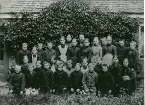 Elevbillede fra 1890 hvor lære Mikkelsen Tønning og hustru står bagerst midt i billedet