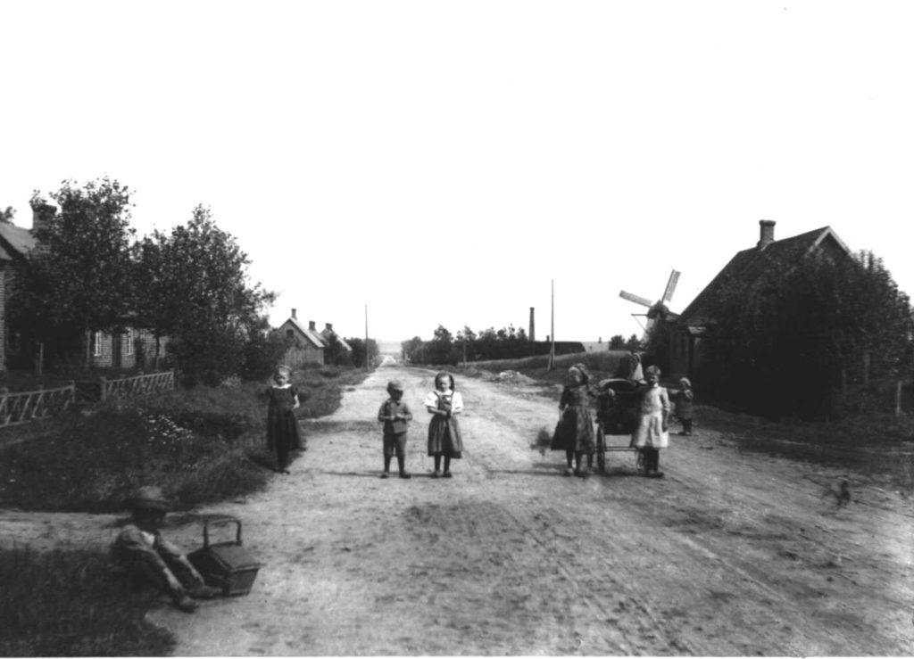 En af Bjergårds billeder fra hovedgaden i Hammerum først i 1900 med hans eget hus til højre i billedet