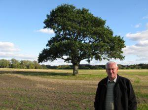 Jens Østergaard ved familiens gamle Egetræ