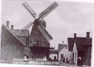 Vildbjerg mølle blev købt af Niels Merrild fra ejerlavet Merrild i 1856. I de første år måtte han ikke male naboernes korn, da der ikke var afstand nok til nabomøllen. Bestemmelsen blev ophævet i 1860 . I 1863 blev møllen flyttet til Vildbjerg .og solgt til degnen. Degnen byttede med Niels Mouritsen og kvarteret omkring møllen blev hurtigt et forretningskvater.