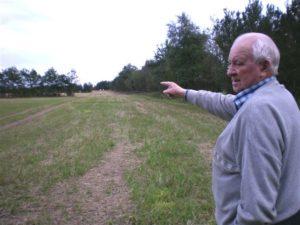 Det engelske fly lavede en masse larm her ude, da det smed sine bomber for at slippe væk fra de hurtige tyske jagere, fortæller Villads Pedersen, mens han peger ud over arealer på Ovstrup Hede fra et sted på marken ikke ret langt fra hans forældres ejendom Smeltvig.