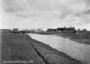 Det var her i Nybro, at man om sommeren samlede alle de lam fra Ørre, som via handelsmænd blev solgt til København. Lammene blev drevet de 11 kilometer til Sunds, hvorefter de blev transporteret videre med jernbanen til hovedstaden.