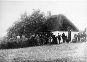 Lynghuset - nærmere betegnet ejendommen på Sejlsigvej 10 i Ørre, hvor artiklens forfatter Hans Ansbjerg boede det meste af sit liv. Hans Ansbjerg er formentlig et af børnene på billedet. Han har skrevet adskillige spændende beretninger fra Ørre-egnen i gamle dage.