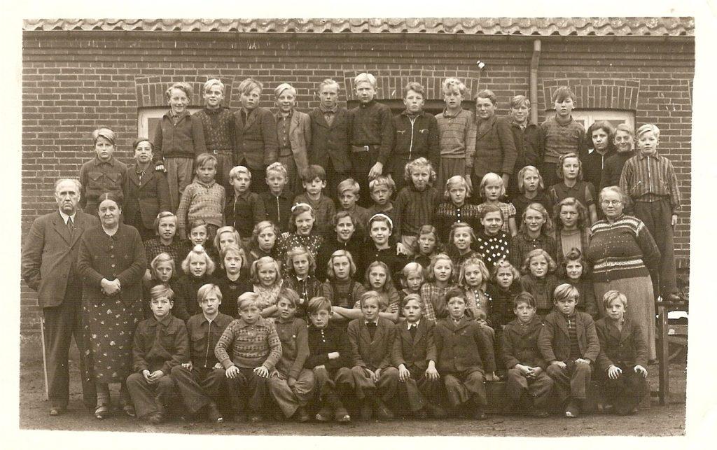 Over Feldborg skole ca. 1945. Mange af elevernes navne findes på Lokalarkivet i Aulum