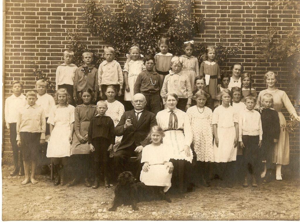 Lærer Henrik Holm og fru Holm med skoleeleverne i Neder Feldborg Skole 1920. Billedet er afleveret af Jens Sanggaard, Haderup, til lokalarkivet i Aulum