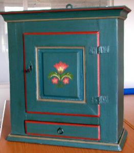 """De små skrædderes skab Dette skab er en af de få ejendele, som familien Andersen(som vi kaldte for """"De små skræddere"""") medbragte, da de flyttede til Hammerum omkring 1895. Jeg har fået skabet af Marie Jeppesen, som arvede den sidste af flokken."""